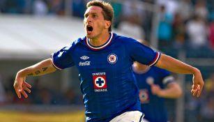 Chaco Giménez festeja un gol con el Cruz Azul