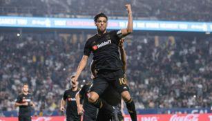 Carlos Vela celebra una anotación con el LAFC