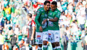 Jugadores de León se abrazan en el juego contra Atlas
