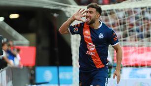 Lucas Cavallini festeja un gol con Puebla
