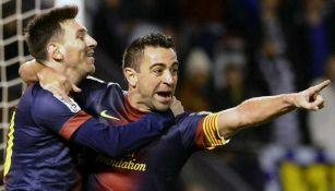 Messi y Xavi celebran anotación con el Barcelona