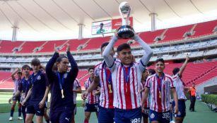 Carlos Jovanni Salcido levanta el título de la Sub 15 con Chivas