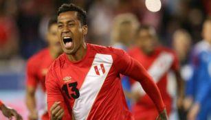 Renato Tapia durante un juego con la Selección de Perú