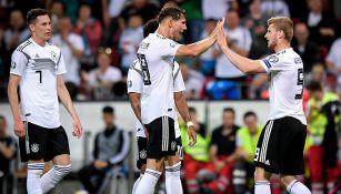 Jugadores de Alemania festeja gol contra Estonia