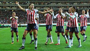 Palafox celebra un gol con sus compañeras de Chivas