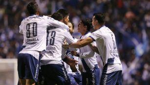 Jugadores del Puebla en festejo de gol