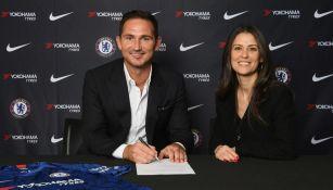 Lampard y Marina Granovskaia, durante la firma del contrato