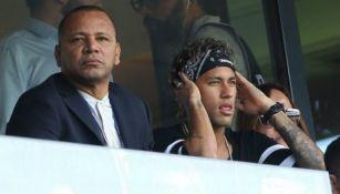 Neymar y su padre observando un partido