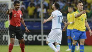 Roddy Zambrano discute con Messi durante el partido entre Argentina y Brasil