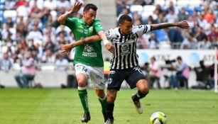 Rubens sambueza y Leonel Vangioni disputan un balón