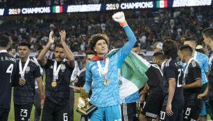 Guillermo Ochoa festeja que fue elegido como el mejor portero de la Copa Oro 2019