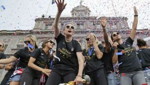 Megan Rapinoe y Alex Morgan festejan a las afueras del City Hall