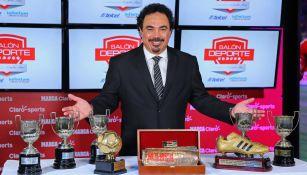 Hugo Sánchez, con algunos de sus trofeos que ganó en España