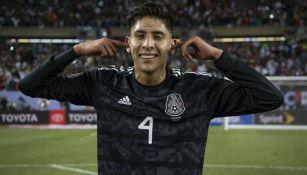 Edson Álvarez en un partido con el Tri