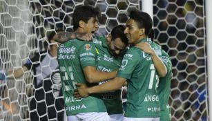 Macias y Mena festejan un gol en el Clausura 2019