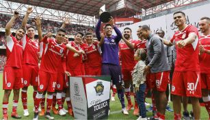 Los Diablos Rojos del Toluca celebran luego de conquistar la Copa Toluca