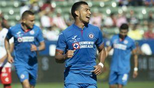 Juan Escobar celebra su primera anotación con Cruz Azul