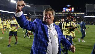 Miguel Herrera festeja título ante Tigres