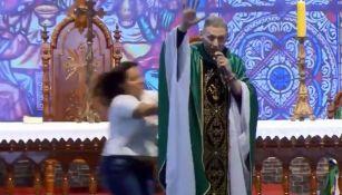 Mujer empujó a un padre durante una misa