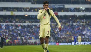 Edson Álvarez celebra un gol contra Cruz Azul