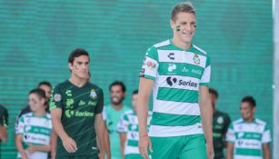 Furch modela el jersey de local de Santos para el Apertura 2019