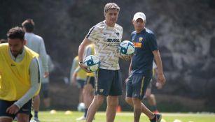 Míchel González, en el entrenamiento de Pumas