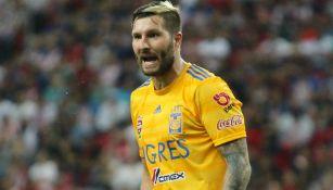 Gignac reclama durante el partido ante Chivas