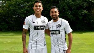 Carlos Salcedo y Marco Fabián durante un partido con el Eintracht