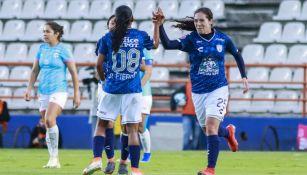 Ana López festeja con sus compañeras su gol vs Rayadas