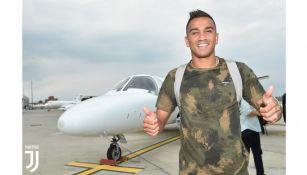 Danilo posa en su llegada a Turín