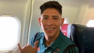 Edson Álvarez en pleno vuelo con el Ajax rumbo a Grecia