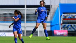 Alejandra Curiel, en festejo de gol con Cruz Azul
