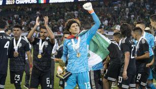 Guillermo Ochoa celebra tras ganar la Copa Oro con México