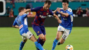 Ivan Rakitic, durante un duelo con el Barcelona