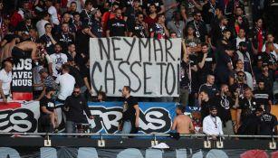 Aficionados del PSG muestran una pancarta contra Neymar en la tribuna