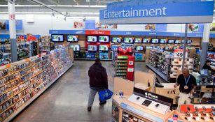 Sección de entretenimiento en una tienda de Walmart