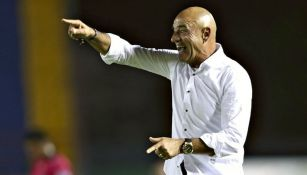 Chelís reclama al árbitro durante un partido