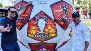 Martinoli y Luis García posan junto a un balón de la Champions