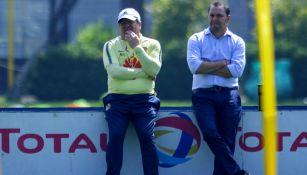 Miguel Herrera y Santiago Baños observan un entrenamiento del América