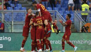 Jugadores de la Roma festejan un gol ante el Sassuolo