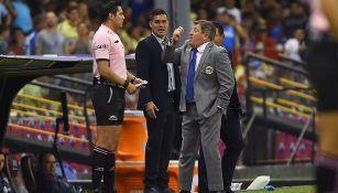 Herrera le reclama al cuarto árbitro durante el Clásico Joven
