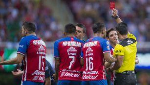 Árbitro muestra tarjeta roja a jugador de Chivas