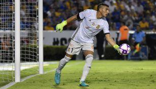 Nahuel Guzmán se prepara para despejar durante un partido con Tigres