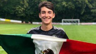 Diego Abreu posa con la bandera de México