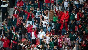 Aficionados de México gritan durante un partido