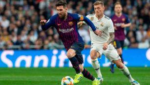 Lionel Messi y Toni Kroos disputan un balón