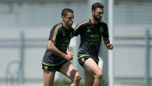 Chicharito y Miguel Layún, en un entrenamiento con el Tri