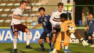 Eugenio Pizzuto marca el primer gol de México ante Japón