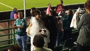 Pareja de casados posa para la cámara