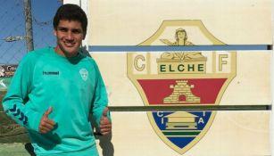 Héctor González junto a un mural del Elche